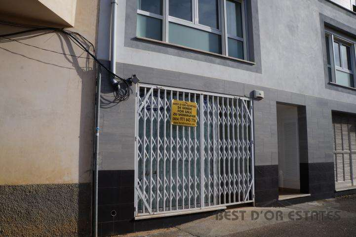 LOCAL PORTOCOLOM 85.000u20ac COMMERCIAL UNIT IN VERY GOOD SITUATION ON A MAIN  STREET LEADING IN TO PORTOCOLOM CENTRO AND HARBOUR. SUITABLE FOR OFFICE  PREMISES, ...